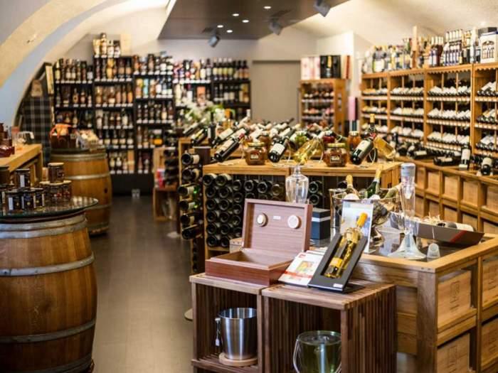 LaSommellerie à Aubenas : un large choix de vins et champagnes sélectionnés avec soin chez les vignerons dans toutes les régions viticoles de France.