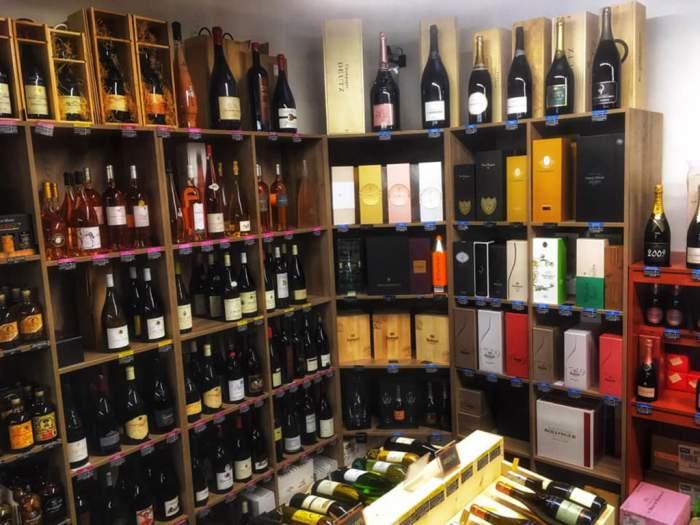 Une large sélection de vins, champagnes, bières, vins et spiritueux.