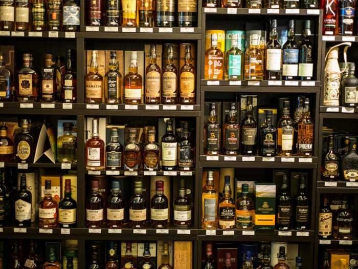 LaSommellerie à Aubenas : pas moins de 100 références de Whiskies, 50 de Rhums, cognacs et armagnacs.